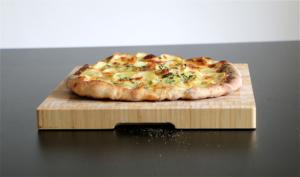 Kartoffel pizza bagt på bagesten af stål